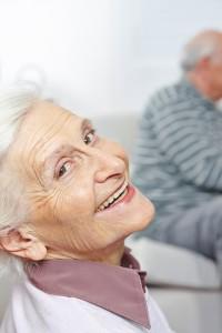 Lachende Seniorin mit vielen Falten